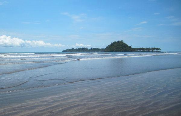wisata pantai air manis di sumbar