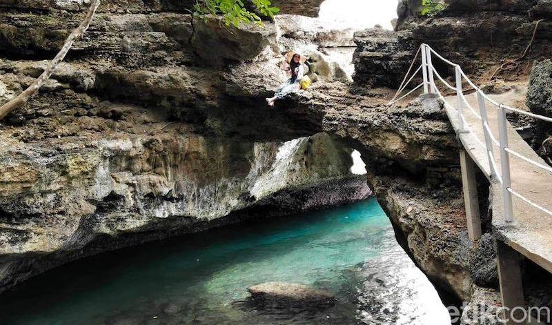 wisata pantai batu lubang di maluku