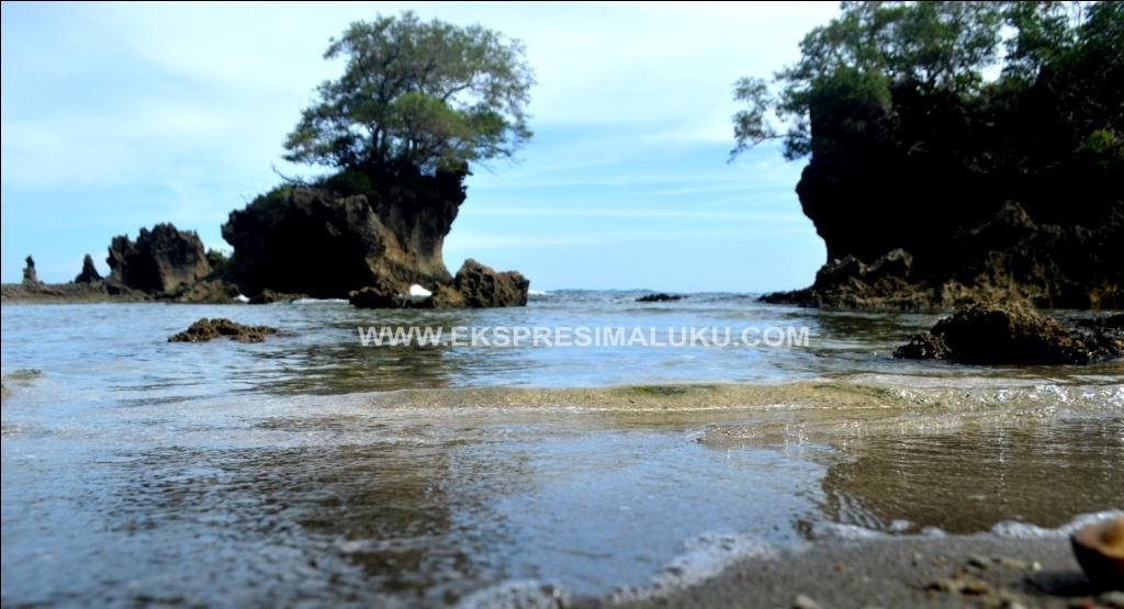 wisata pantai huluwa di maluku tengah