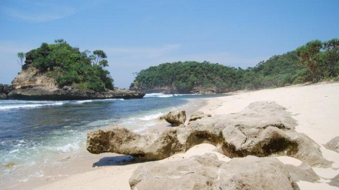 wisata pantai jonggring saloko di jatim