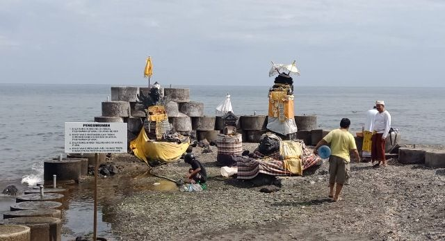 wisata pantai lingga pawitra di singaraja bali