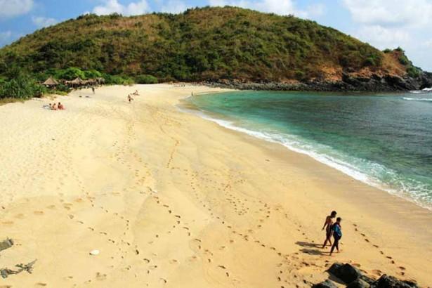 wisata pantai mawi lombok di lombok