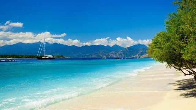 wisata pantai senggigi di lombok