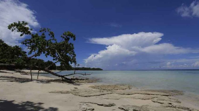 wisata pantai sopapei di maluku tengah