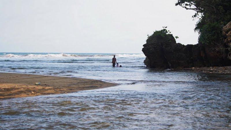 wisata pantai wonogoro di jatim