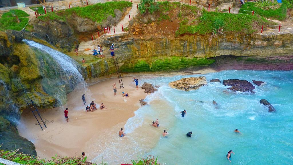 wisata pantai banyu tibo di pacitan
