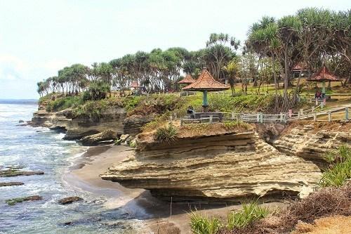 info jam operasional wisata pantai batu hiu banten