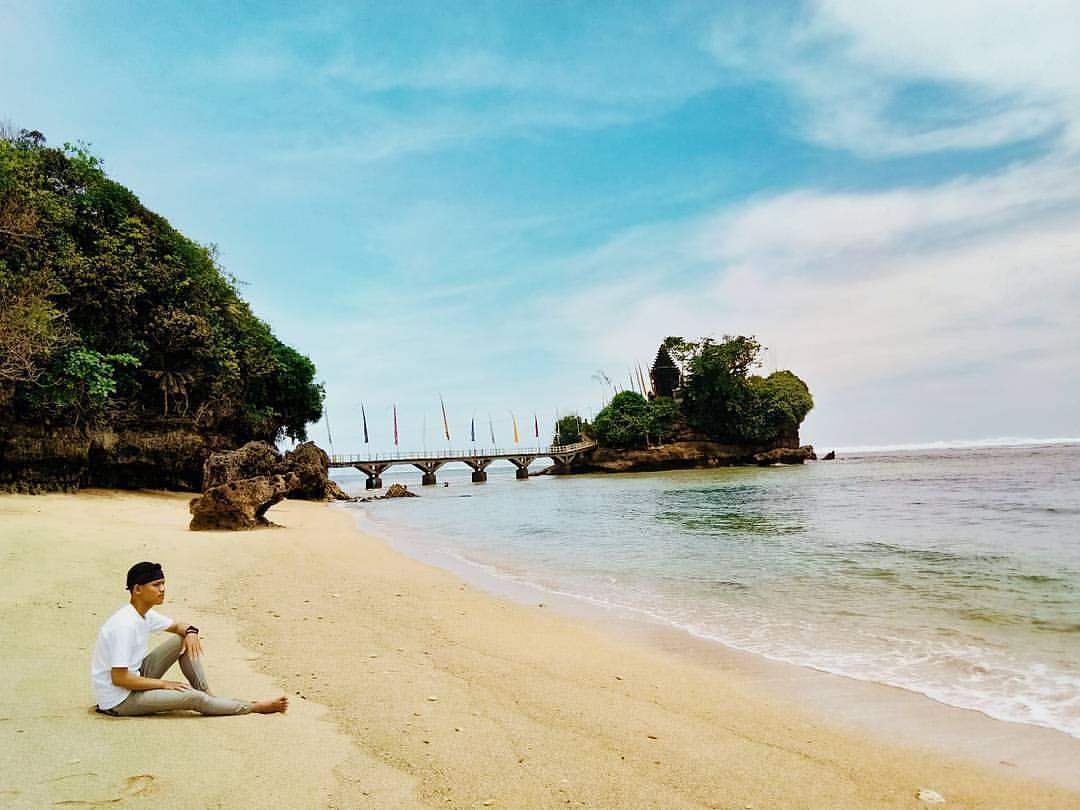 obyek wisata pantai balekambang malang