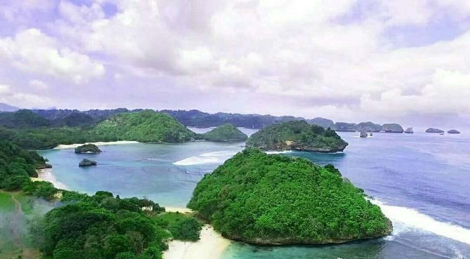 deretan pulau pantai teluk asmoro