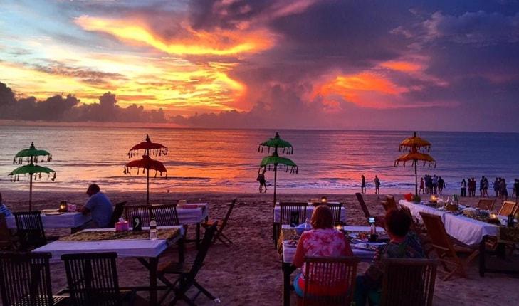 makan malam pantai jimbaran