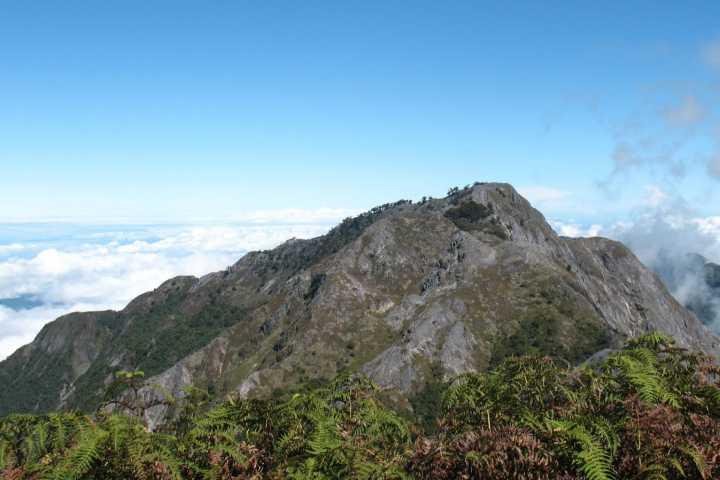wisata maluku gunung binaiya